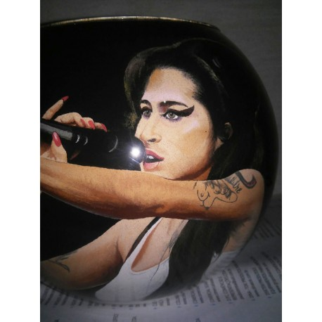 18 Zandschildering Amy Winehouse